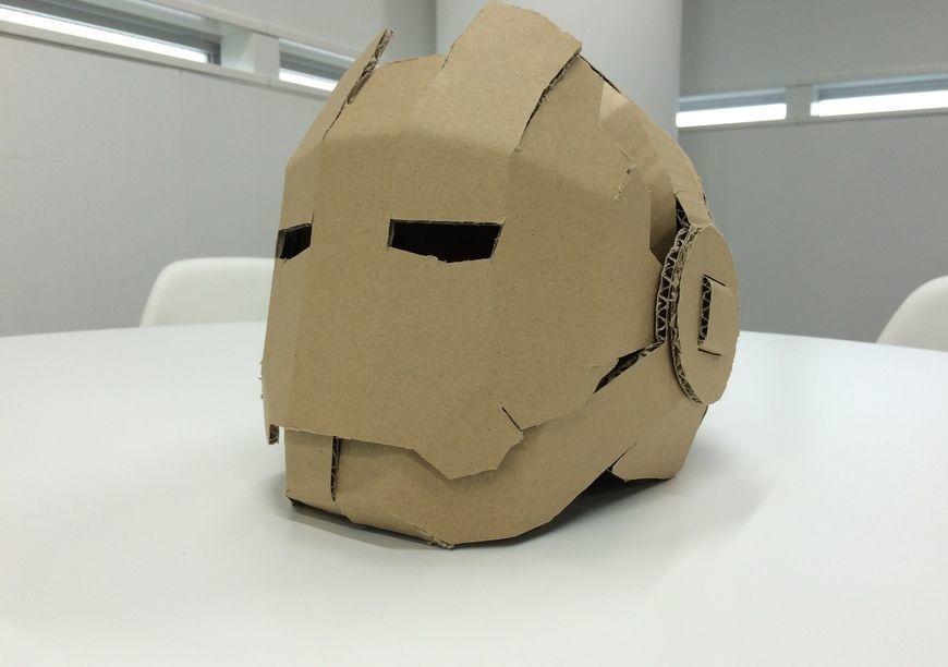 材料はダンボールだけ。開閉式ヒーロー・マスクの作り方